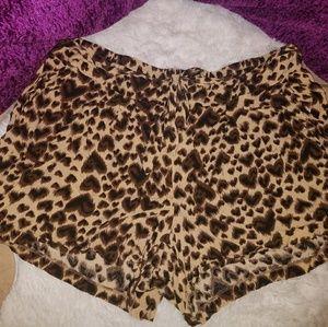 Leopard print heart shape shorts with pockets